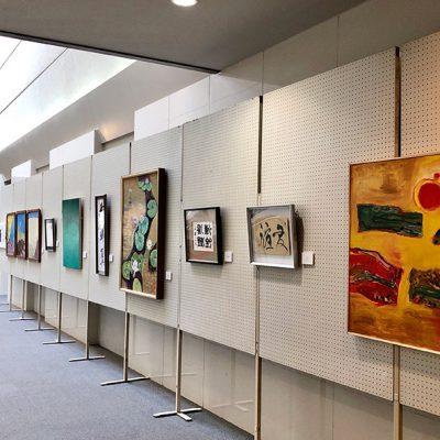 音楽ホールホワイエでの「美術・書道OB グループ展」