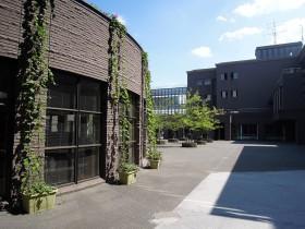 図書館の横から見た中庭