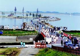 1万メートル走大会で渡良瀬遊水池を走る生徒たち