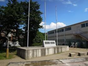 優勝記念の碑がある国旗掲揚塔