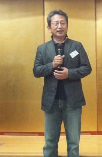 新井政彦さん(高20回・作家)が記念誌編集方針を説明