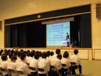 平井さんの講演を聞く生徒