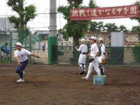 挑戦!遙かなる甲子園の横断幕の下、練習に励む選手達