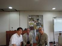 陸上部OB3人、中・箱根駅伝を連覇した杉崎孝さん、右・関根侑副支部長