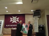 講師の矢野義光氏へ染谷さん作成の凧を贈呈