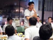 挨拶する最年長の青島氏