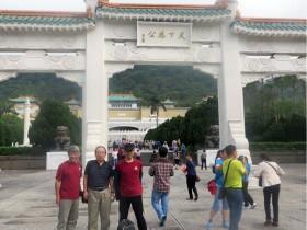 27日故宮前で|左から磯部、佐久間、田島、春高のTシャツで春高のPR