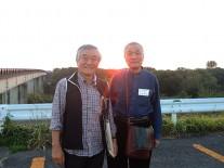 夕陽をバックに今井会長と小泉副会長のツーショット