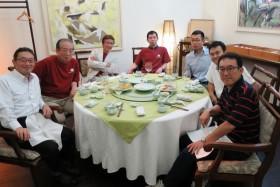 【写真5】王子製紙の宮崎大介氏(43回)(写真右端)、鬼塚社長(写真左端)らと会食