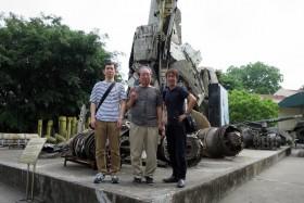 【写真16】ベトナム軍事歴史博物館の米軍戦闘機などの残骸の前で記念撮影