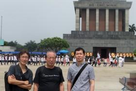 【写真10】ホーチミン廟をバックに記念撮影