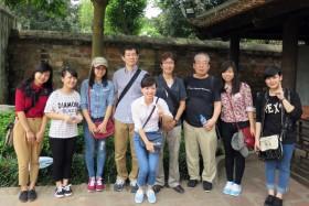 【写真11】文廟で、若いベトナム人女性に取り囲まれた私たち