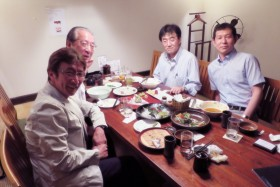 【写真9】リコーイメージングの小林社長(右奥)と[SUSHI TOKYO]で会食
