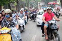 【写真4】道幅いっぱいに広がったバイク