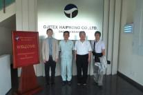 【写真14】工場の玄関で記念撮影(左から二人目が高43回の宮崎さん)