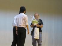 芝山さんへお花の贈呈