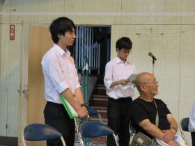芝山さんの後ろにそっと立つ上田君