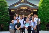 八幡神社前での記念撮影