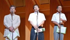 左から、中原幹事長、工藤校長、戸井田同窓会事務局長