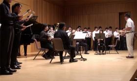 春燦々会メンバーと音楽部、新堂さん、廣橋さんが「春燦々会の歌」を歌いあげる