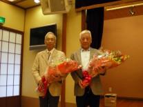 瑞宝小綬章受章の田口静雄氏(高14回)と勝沼靖(高14回)のお二人に花束贈呈