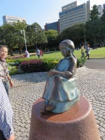 8. 赤い靴の少女の像