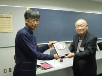 優勝の芦澤さんに祈念の楯