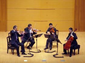 演奏中のN響弦楽四重奏団