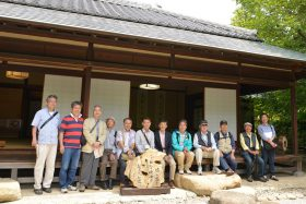 一茶双樹記念館での全員集合記念写真