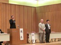 新会長日向英実さん、新副会長、左から押田豊さんと伊藤文生さん