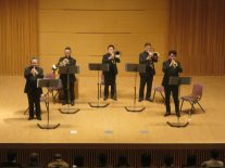演奏中の金管五重奏団