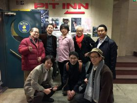 Pit inn 入口で水谷浩章君(後列中央)を囲み、記念写真に収まる春燦々会の同期生たち