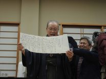 檄文を読み上げる松原さん