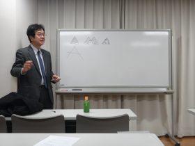 ロゴデザインの基本についてレクチャーされる深井明さん