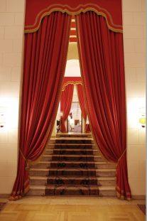 歴史ある荘厳なホテルのロビーから会場へ向かうアプローチ