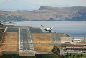 飛行機は右に180°旋回したまま着陸する 着陸するというより覚悟を決めて突っ込む感覚