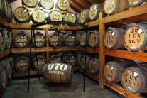 ラム工場の酒樽 ここで40年物のラムをチビリ
