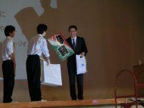 生徒会から字凧のプレゼント