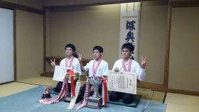 団体2連覇を達成したメンバー、左から中島光貴、林隆羽、中島駿くん
