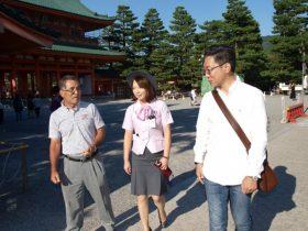バスガイドさんと談笑する戸井田先生(左)
