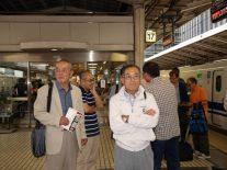 新幹線ホームで出発を待つ田中先生と戸井田先生