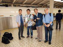 新幹線ホームで出発を待つ4人
