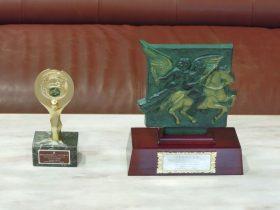 左が金賞トロフィー、右が文部科学大臣賞楯