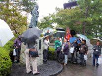 松尾芭蕉像を説明する高6回の麦倉忠彦氏