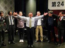 松井さん(高44回)のリードによる肩組校歌斉唱