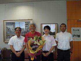 左から益子校長先生、青島さん、文実新紺くん、添野野球部監督(53回卒)