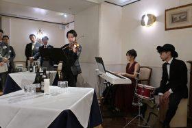 須藤晋良(高49回卒)さんの演奏する音楽で会がスタート