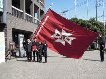 校旗の前、家族で一枚