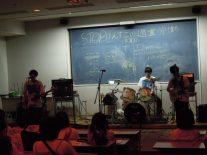 視聴覚室でギター部ライブ